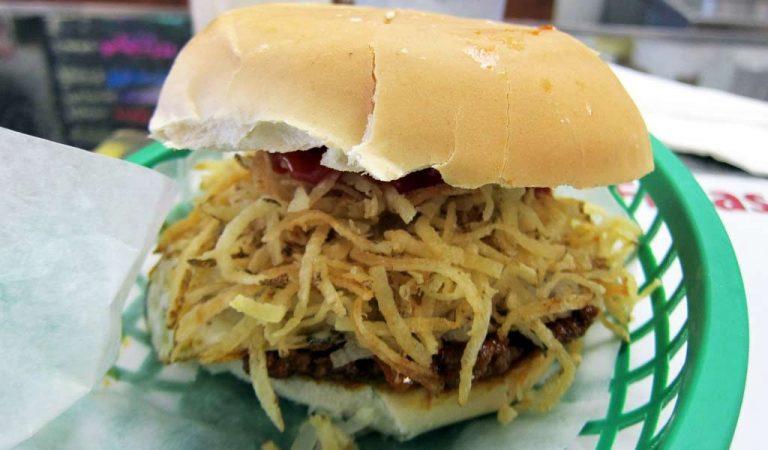 """¿Cómo """"la frita"""" se convirtió en la reina de las comidas callejeras en Cuba?"""